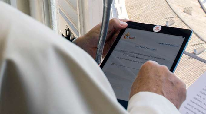 Francisco usando la tablet © Domus Ecclesia