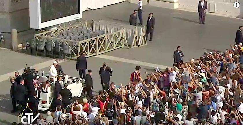 El Papa saluda a un grupo de jóvenes. Captura pantalla CTV