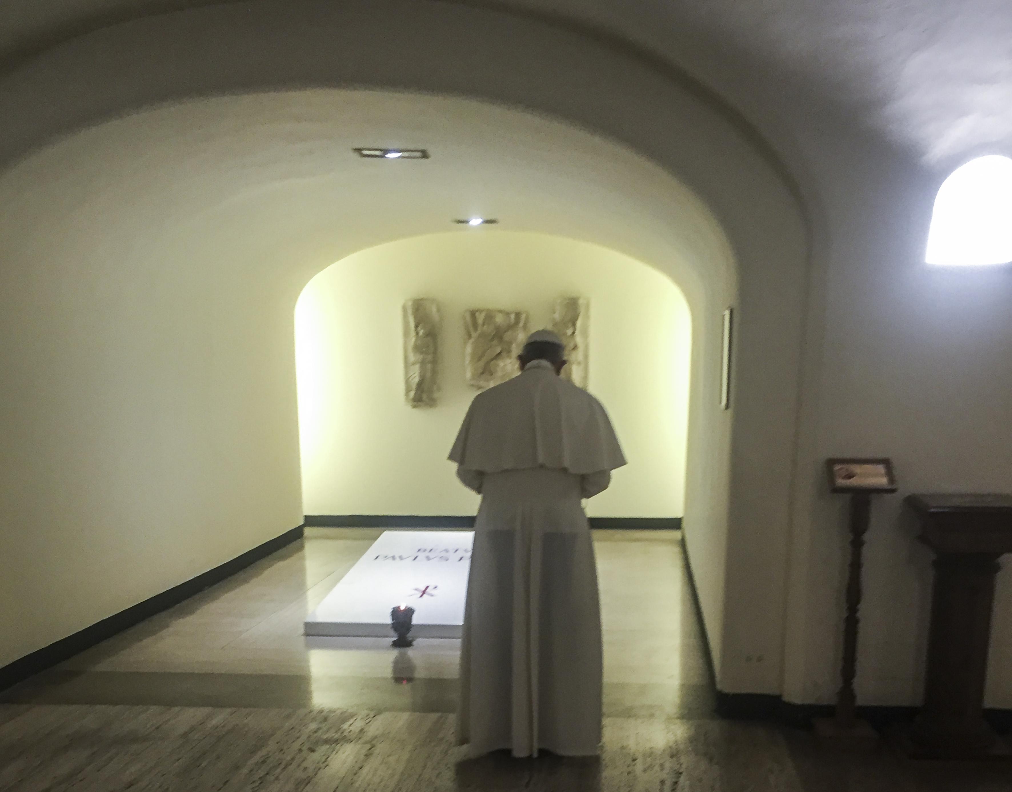 El Papa Francisco reza ante la tumba de Pablo V © L´Osservatore Romano