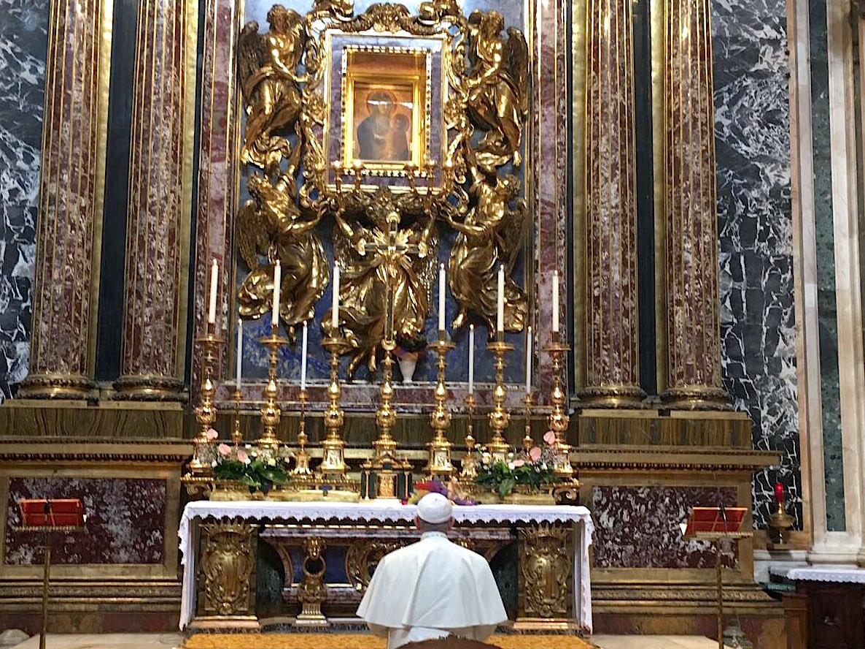 El Papa reza a la Virgen al llegar a Roma 11/09/2017 © @oss_romano