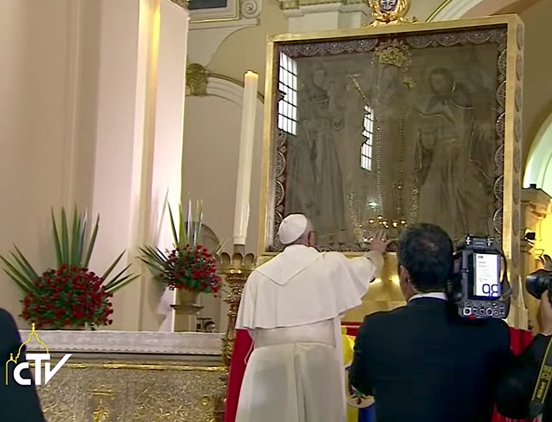 Francisco reza delante de imagen de Nuestra Señora de Chiquinquirá. Captura de pantalla CTV