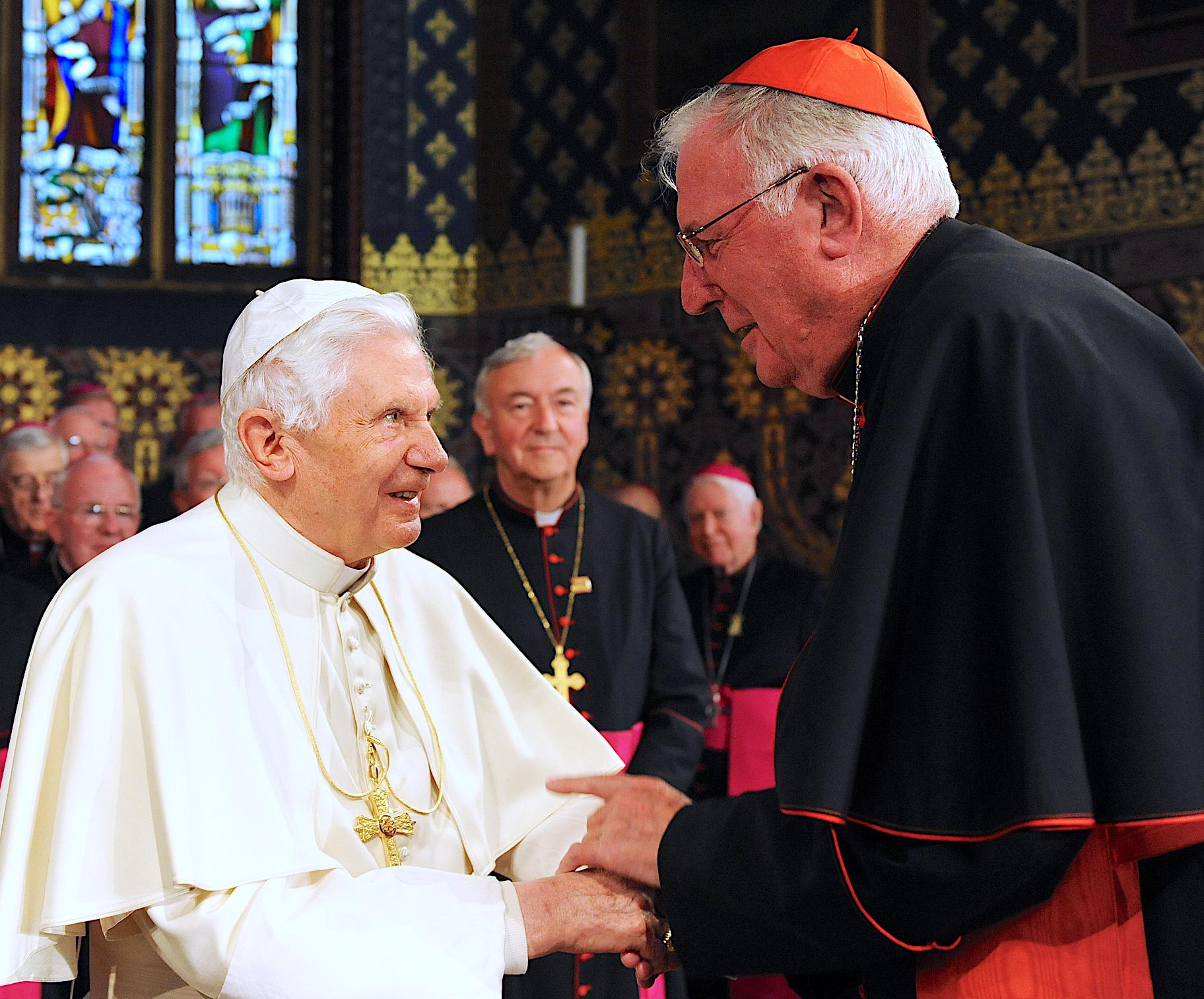 El cardenal Cormac Murphy-O'Connor con Benedicto XVI.jpg