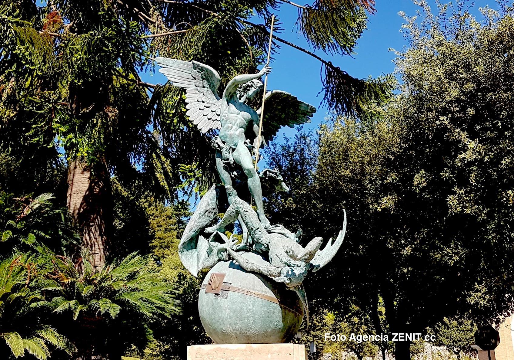 Estatua de san Miguel en jardines los vaticanos