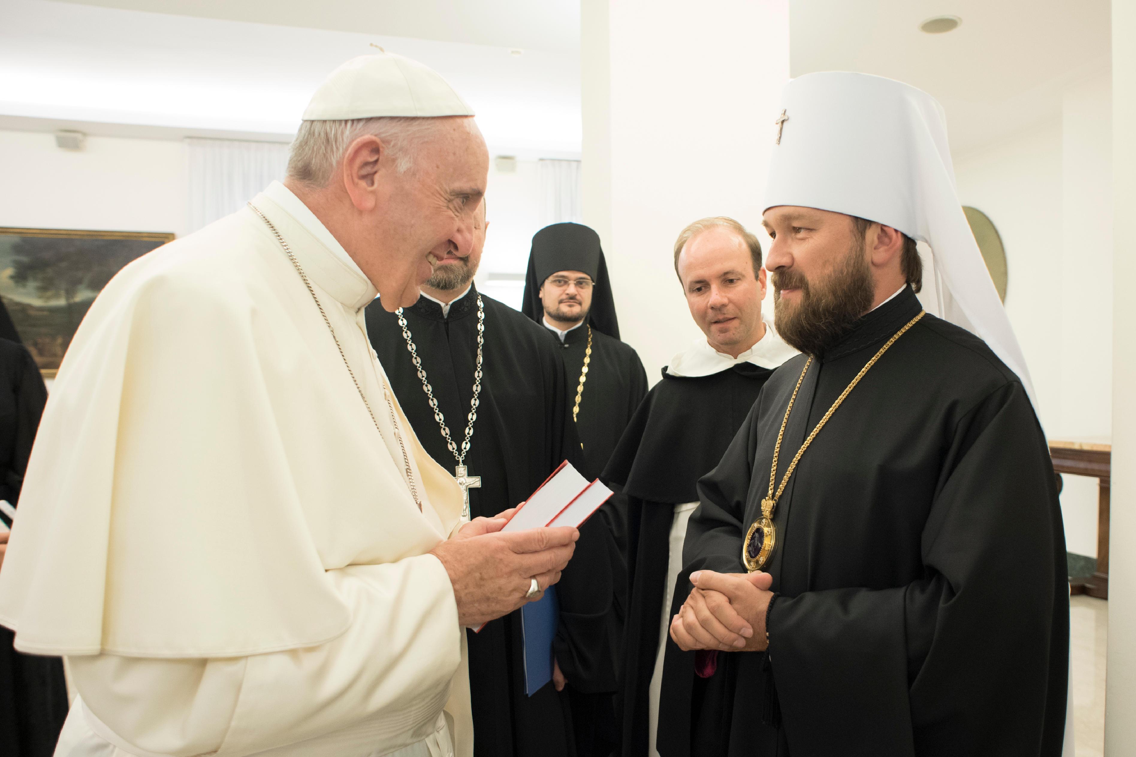 El papa Francisco con el Metropolitano Hilarión © L´Osservatore Romano