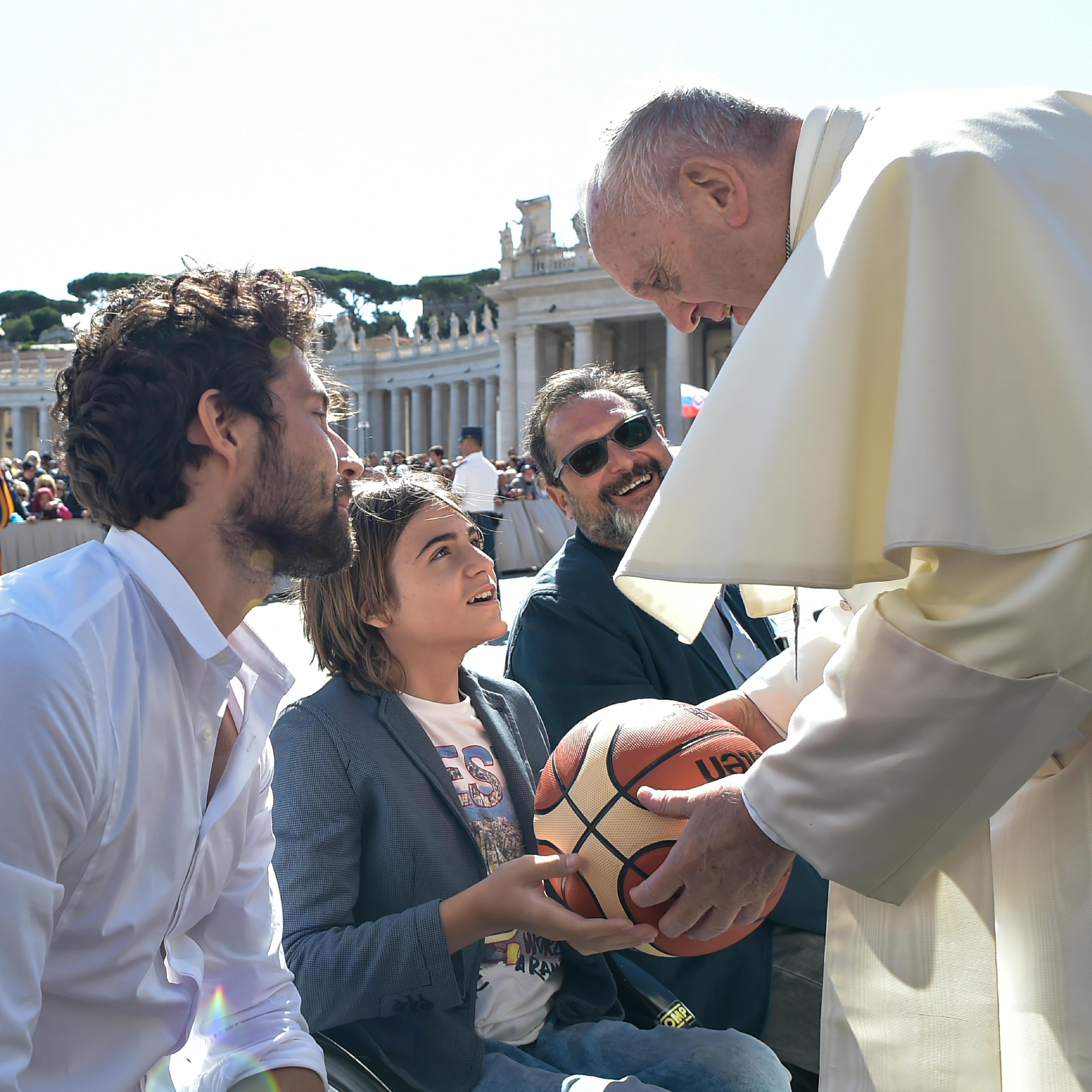 El Papa saluda a unos jóvenes en la plaza de S. Pedro © L´Osservatore Romano