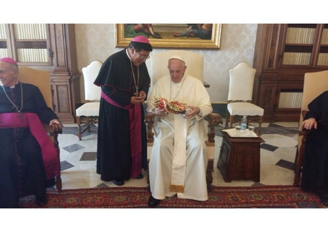 Monseñor René Coba Galarza, Obispo Castrense de Ecuador y Secretario del CEE, entrega al Santo Padre la imagen de san José durmiendo © L´Osservatore Romano