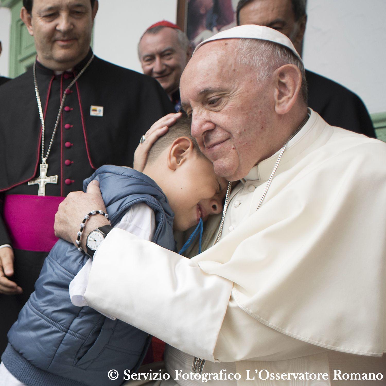 El Papa abraza a un niño del Hogar San José, en Medellín © L´Osservatore Romano