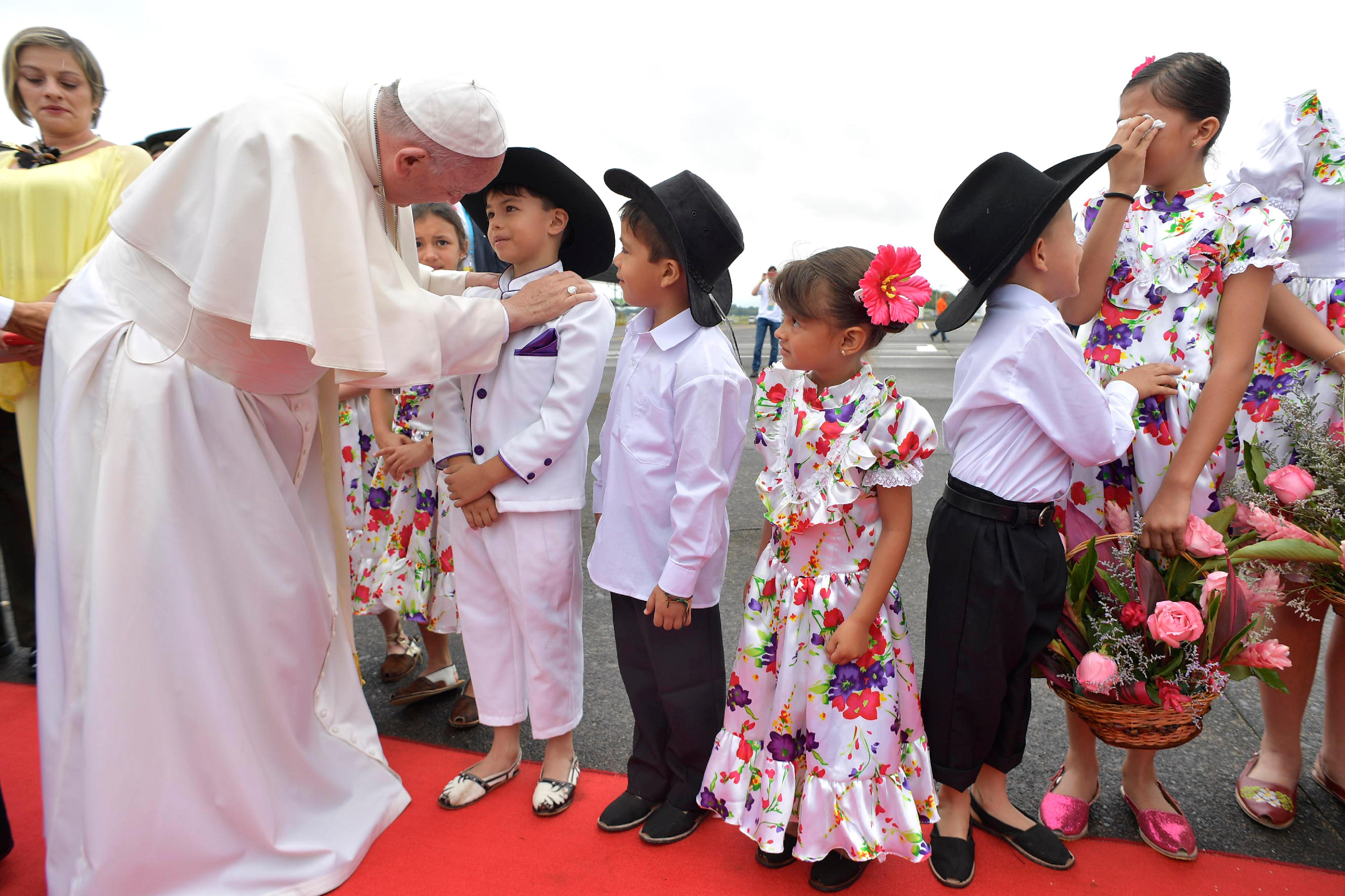 Niños vestidos con trajes folclóricos reciben al Papa en Villavicencio © L´Osservatore Romano