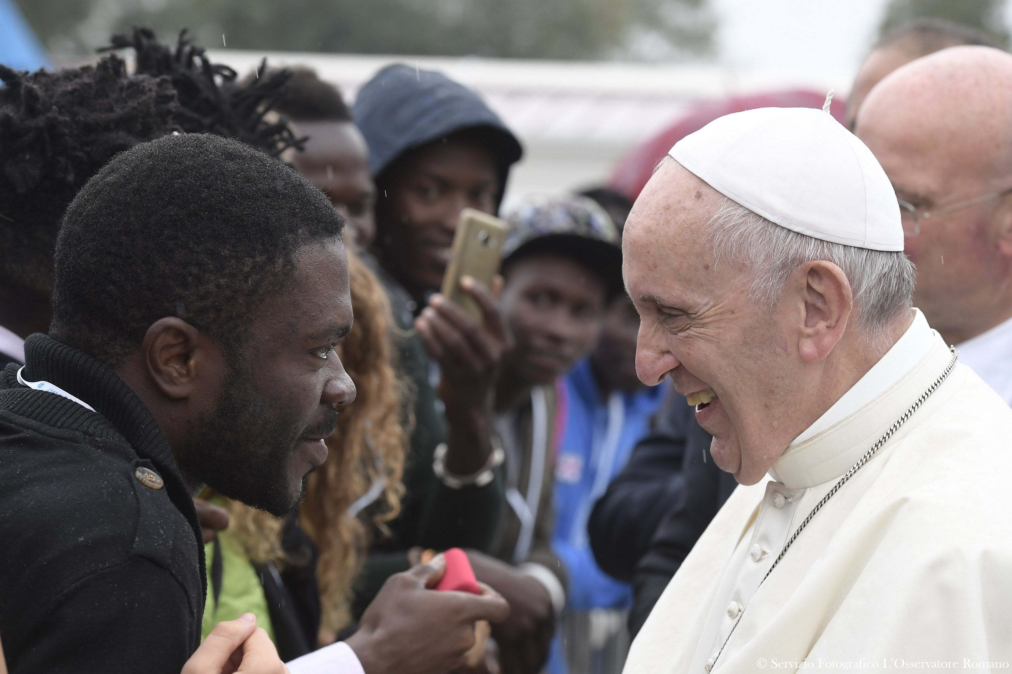 El Papa saluda a un migrante en Bolonia © L´Osservatore Romano