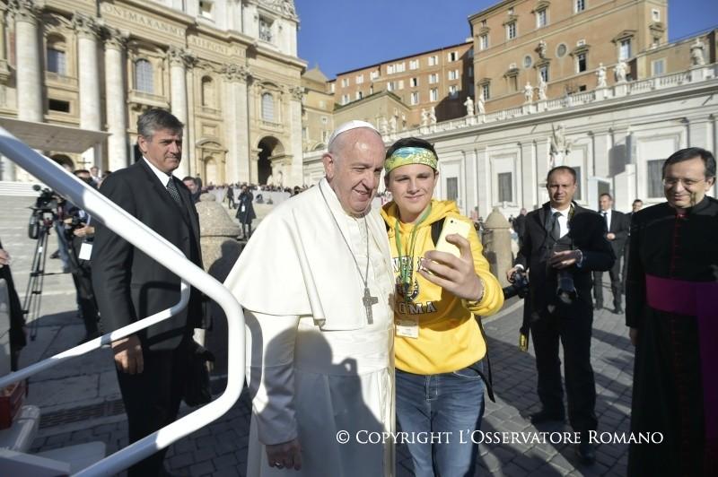 """Un joven se hace un """"selfie"""" con el Papa © L´Osservatore Romano"""