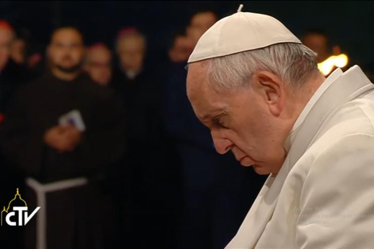 El papa Francisco en oración. Captura de pantalla CTV