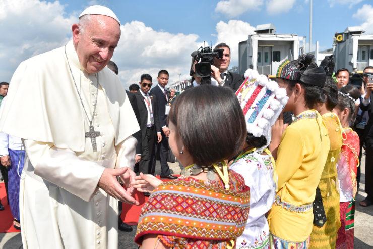 El Papa saluda a los niños en el aeropuerto de Rangún © L'Osservatore Romano
