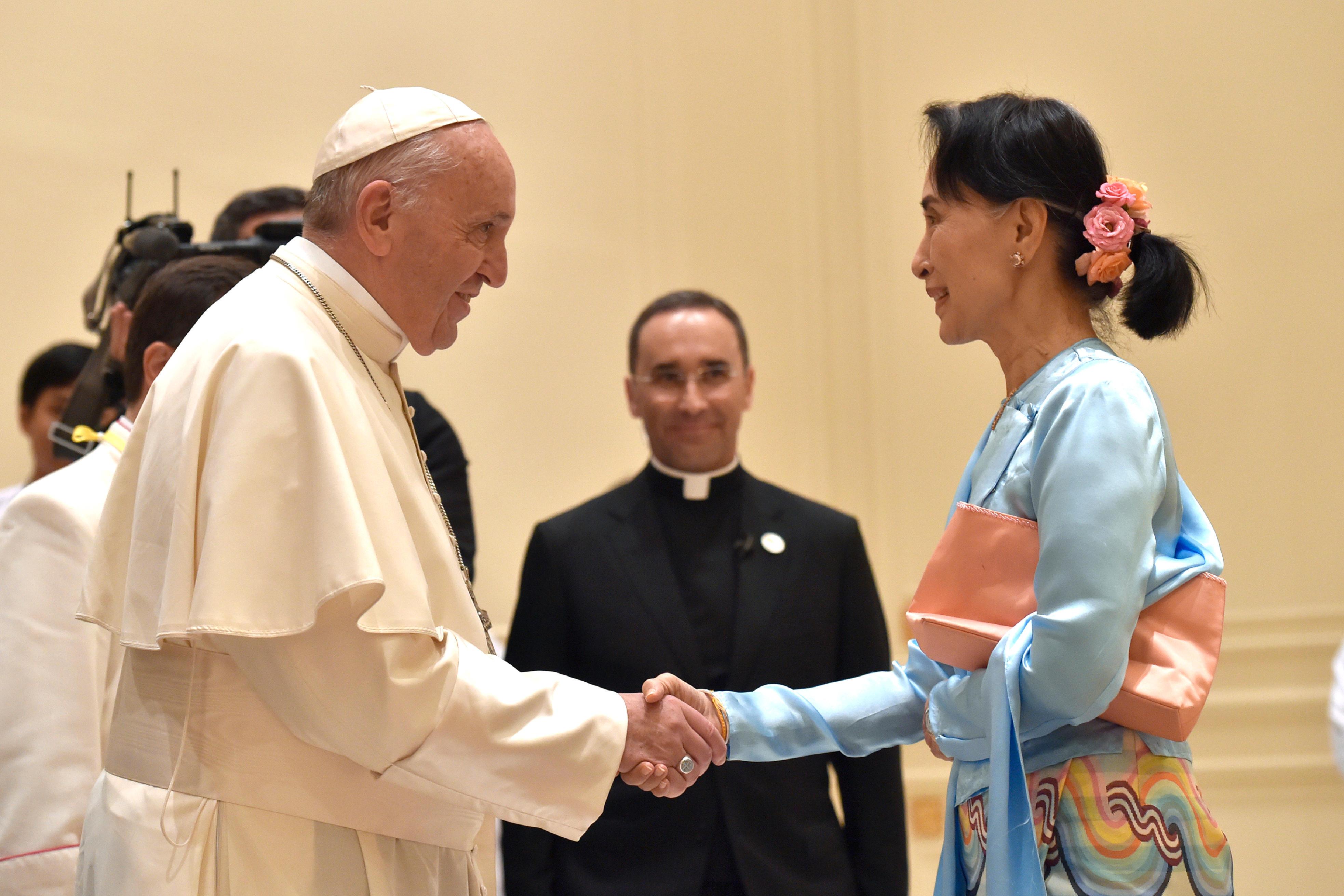 Aung San Suu Kyi saluda al Papa © L'Osservatore Romano
