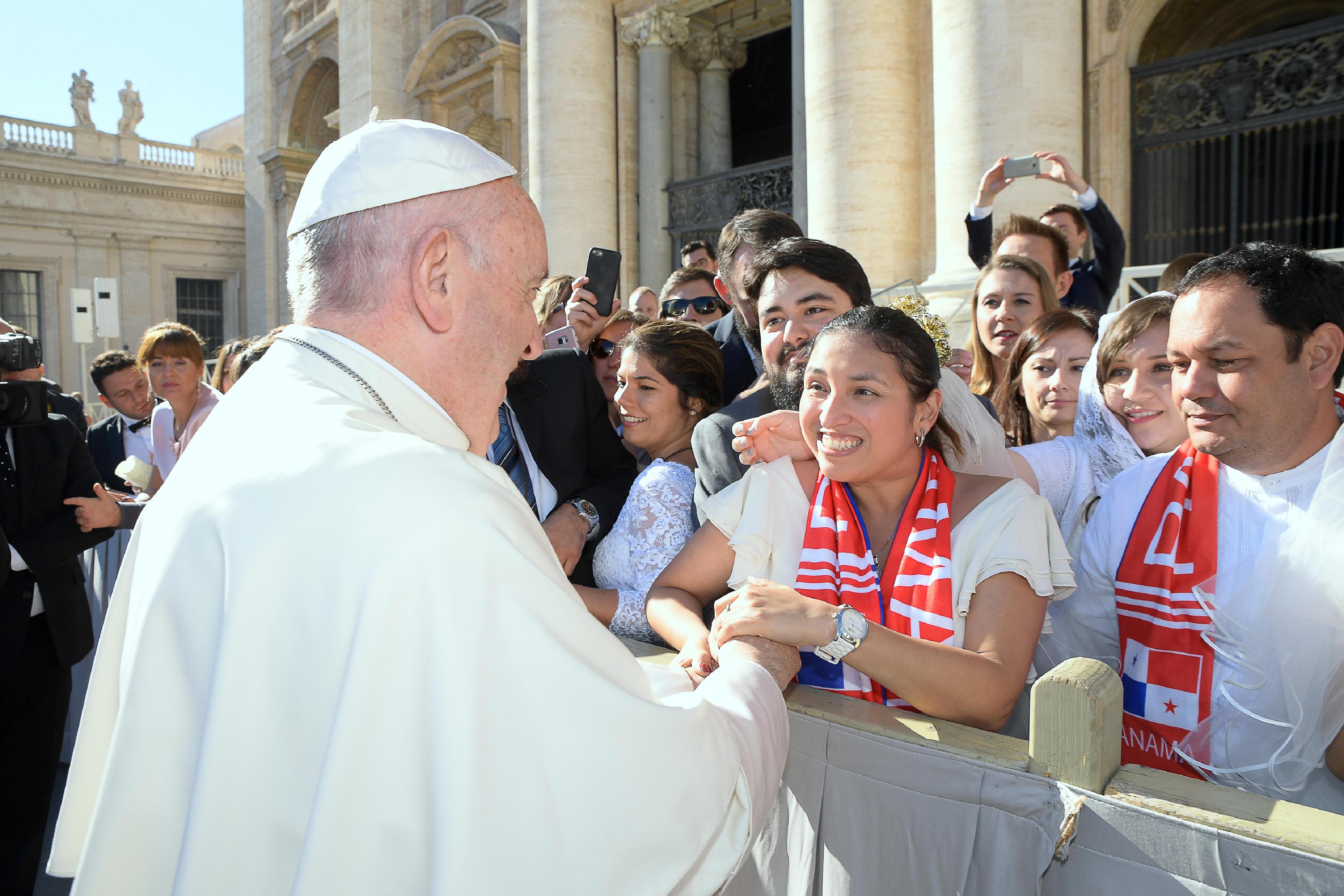 El Papa saluda a algunos recién casados © L´Osservatore Romano