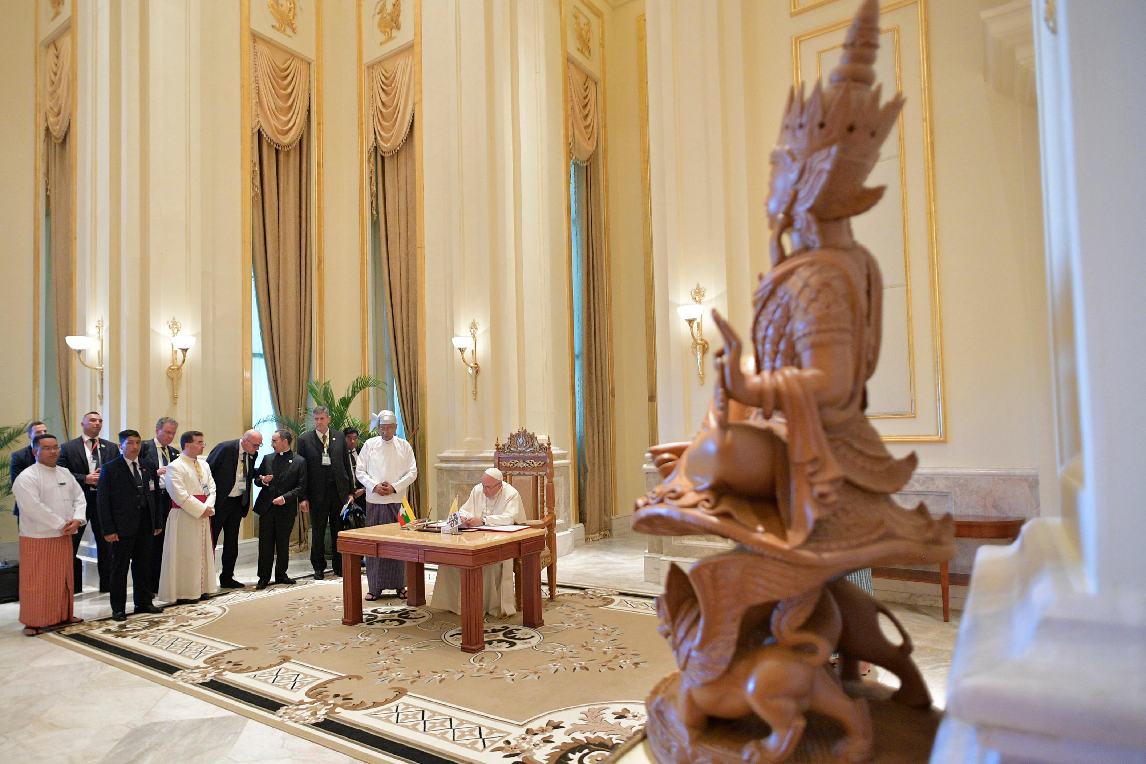 El Papa ha firmado en el libro de honor del palacio presidencial © L'Osservatore Romano