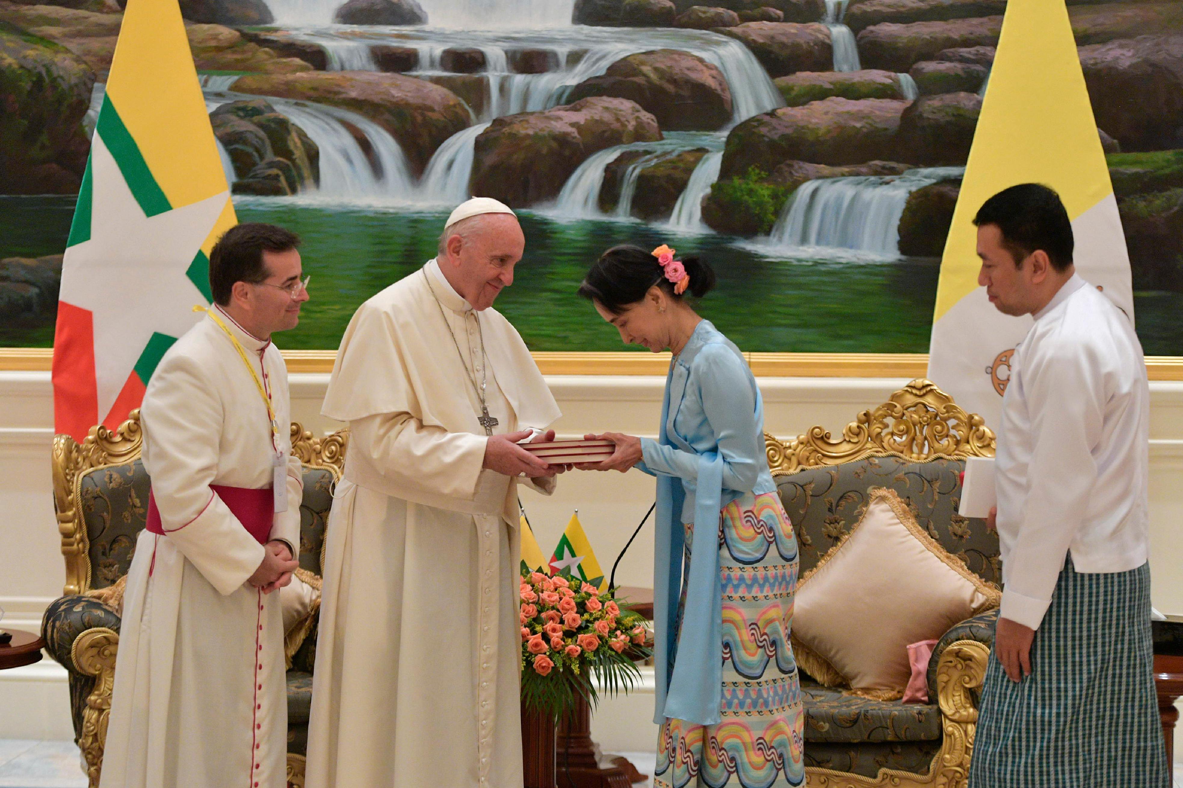 Encuentro del Papa Francisco con la diplomática San Suu Kyi © L'Osservatore Romano