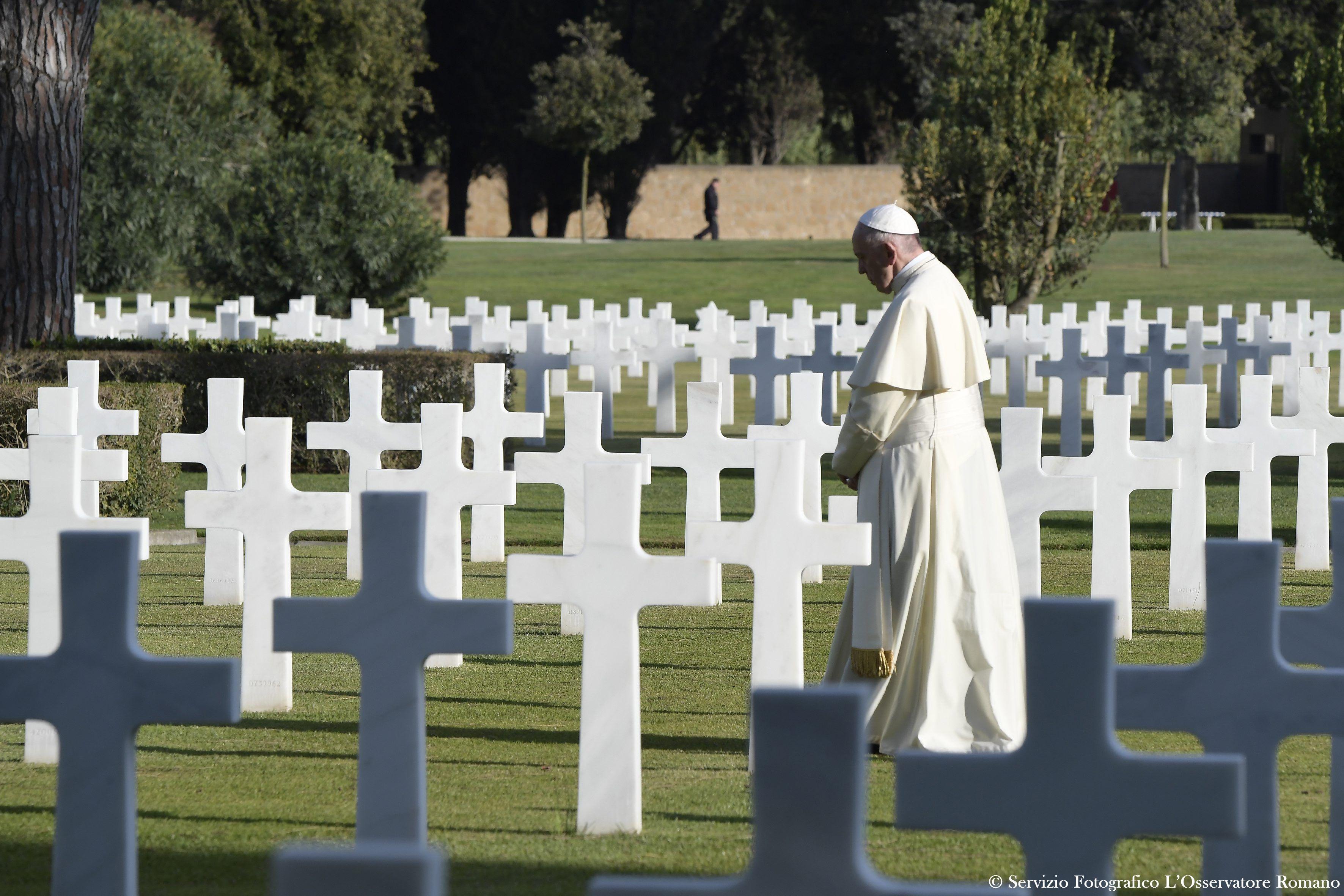 Papa Francisco en el Cementerio Americano de Neptuno © L'Osservatore Romano