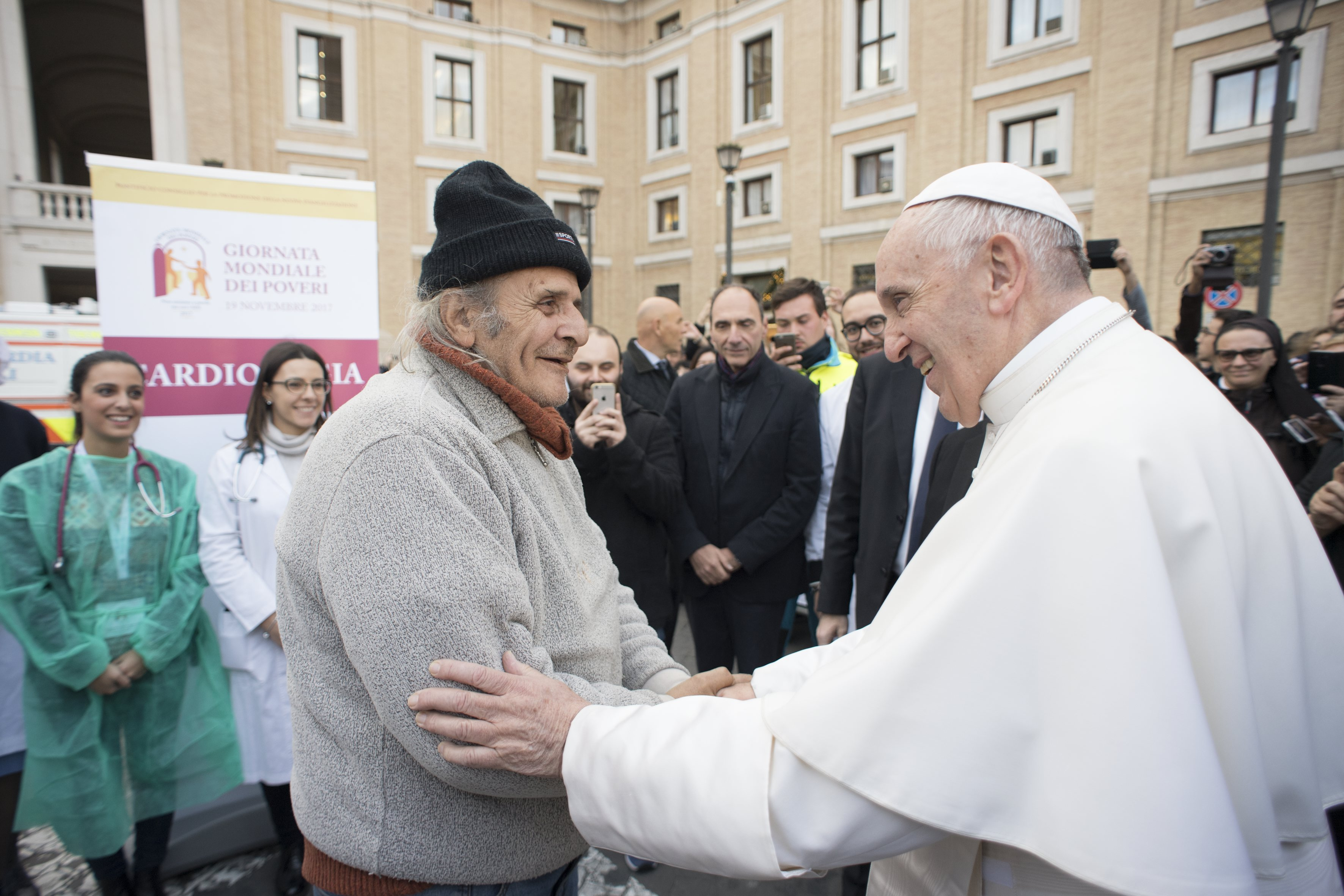 Visita sorpresa del Papa al centro de solidaridad © L´Osservatore Romano