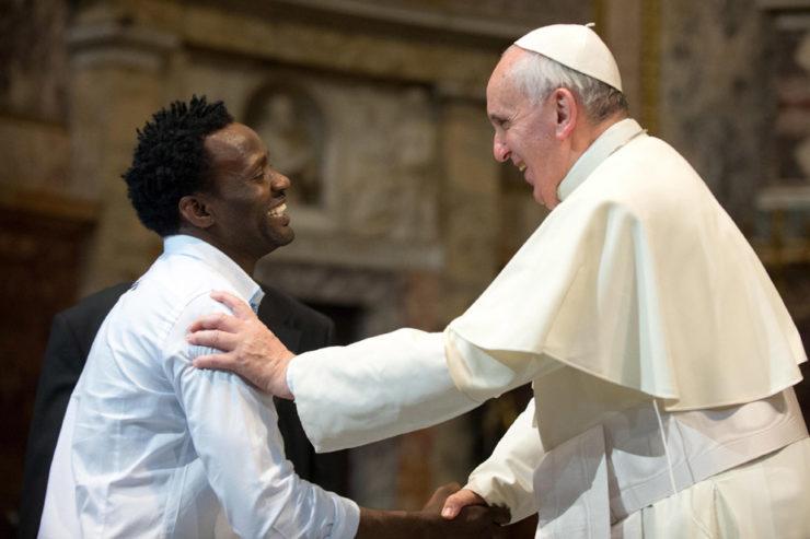 El Papa saluda a un migrante. Archivo Zenit