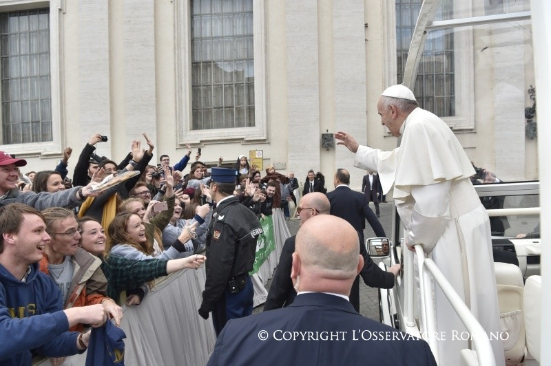 Jóvenes saludan al Papa en la audiencia general © L´Osservatore Romano