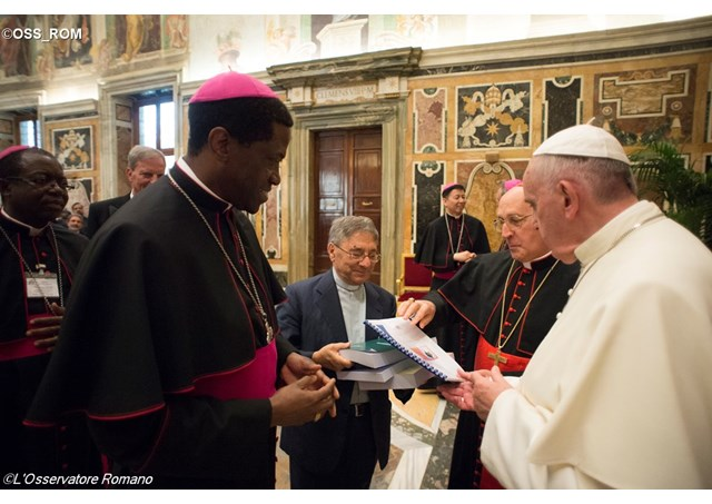 Protase Rugambwa saluda al Papa Francisco © L´Osservatore Romano