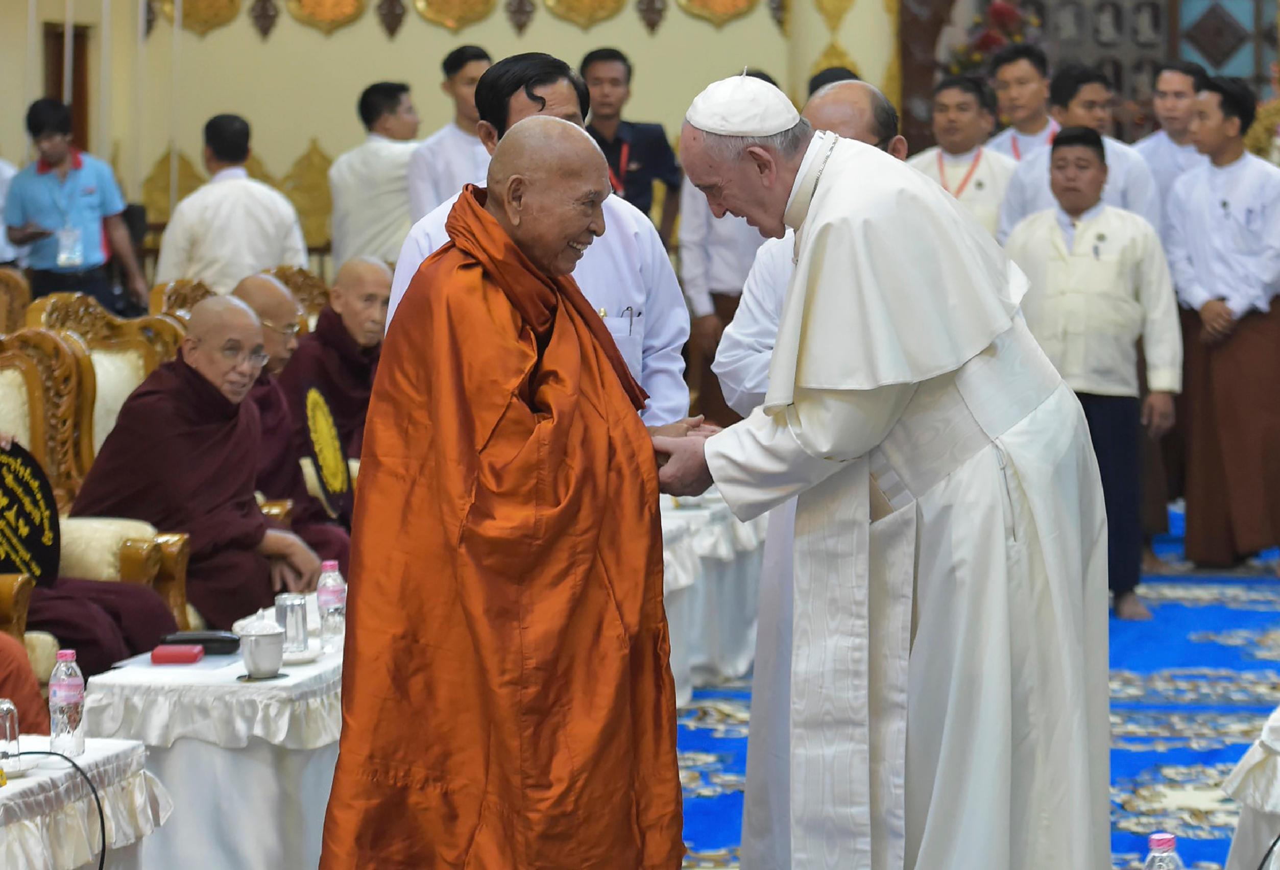 Saludo del Papa y del líder budista © L'Osservatore Romano