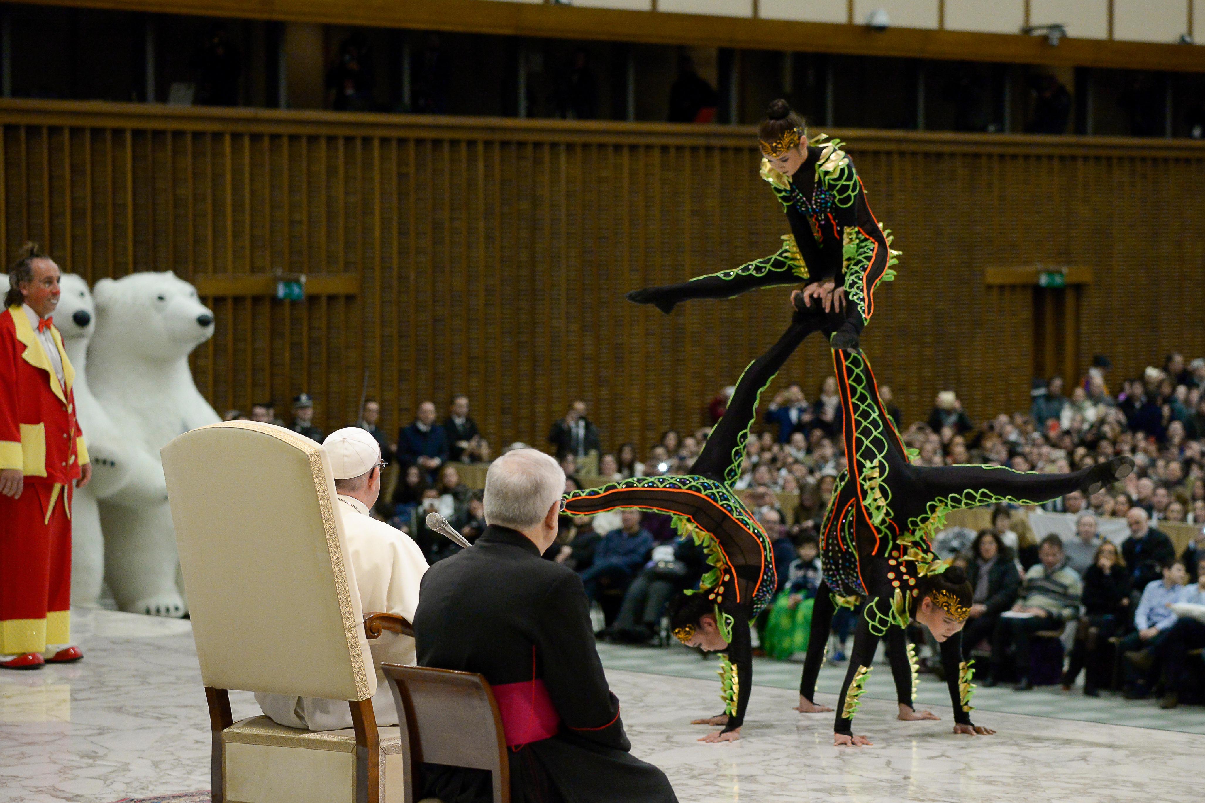 Las acróbatas del Golden Circus en la audiencia general © Vatican Media