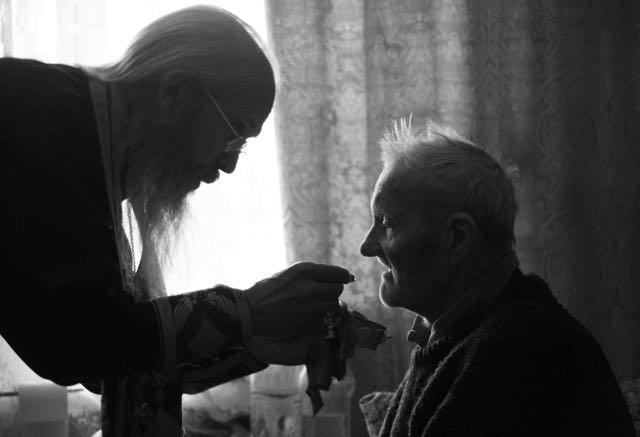 La Santa Comunión administrada a domicilio a los ancianos © Mikhail Moiseev