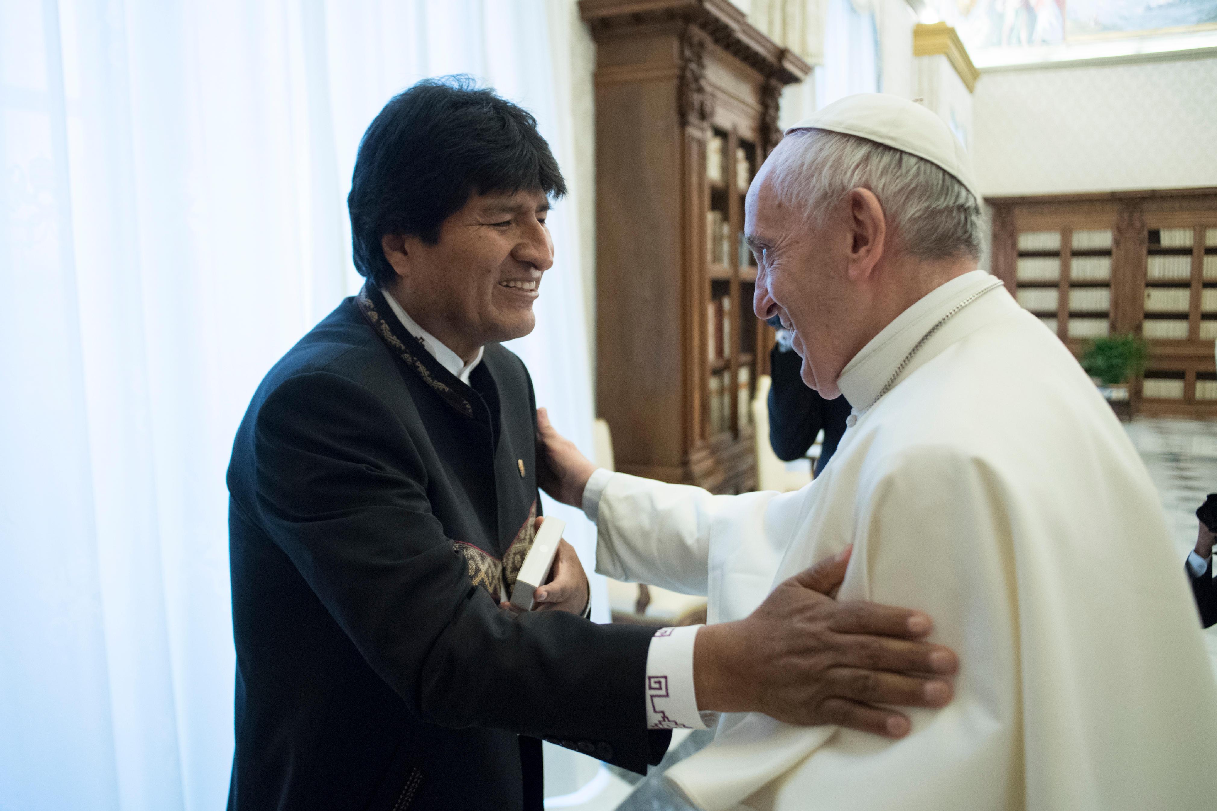 El Papa Francisco saluda al Presidente Evo Morales © L´Osservatore Romano