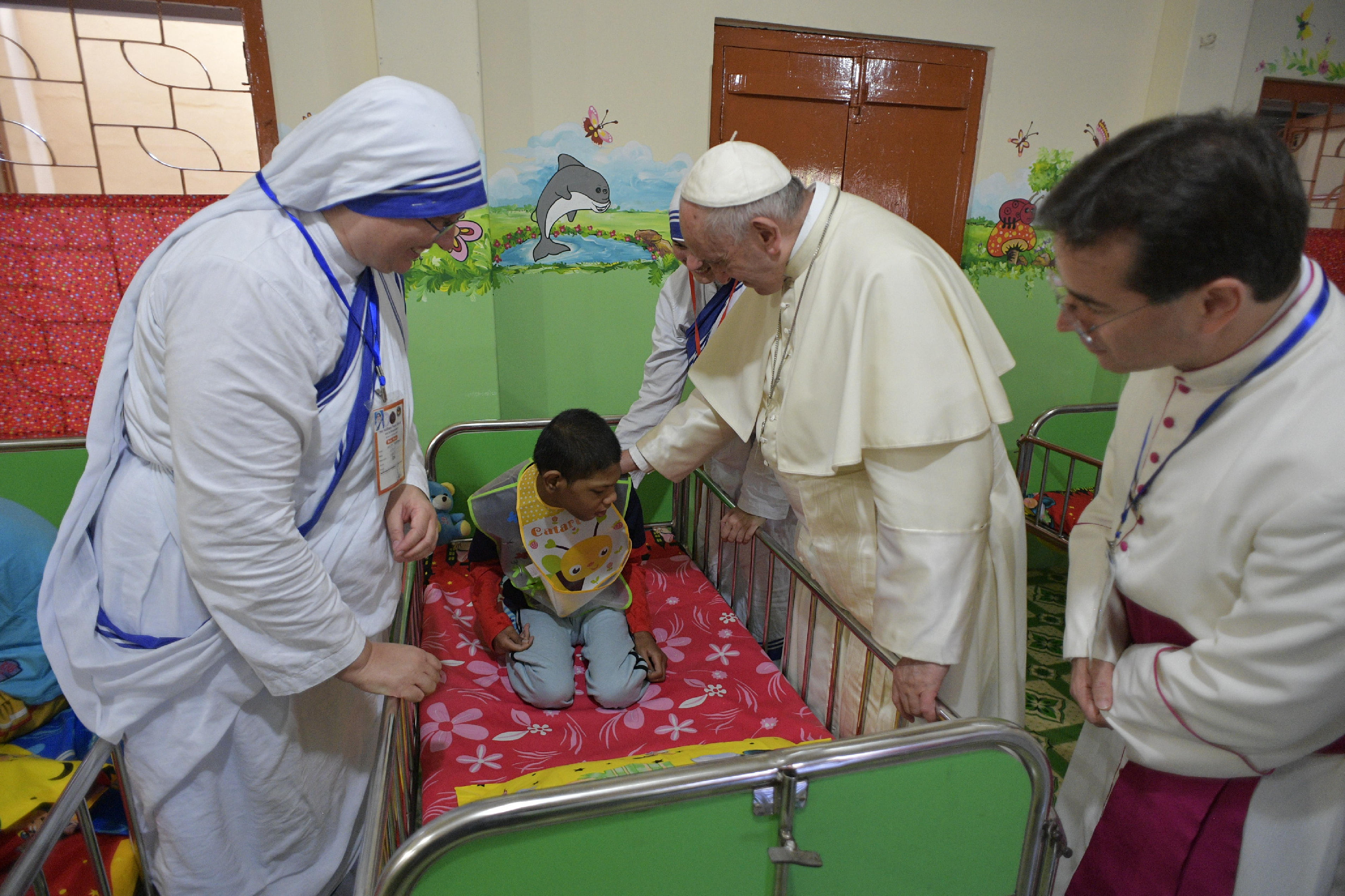 El Papa bendice a un niño en la Casa Madre de Teresa de Tejgaon © L'Osservatore Romano