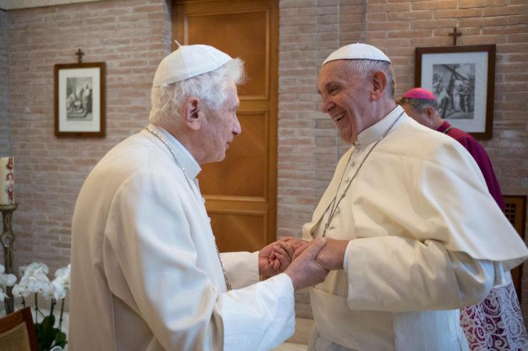 El Papa Francisco con Benedicto XVI © L'Osservatore Romano