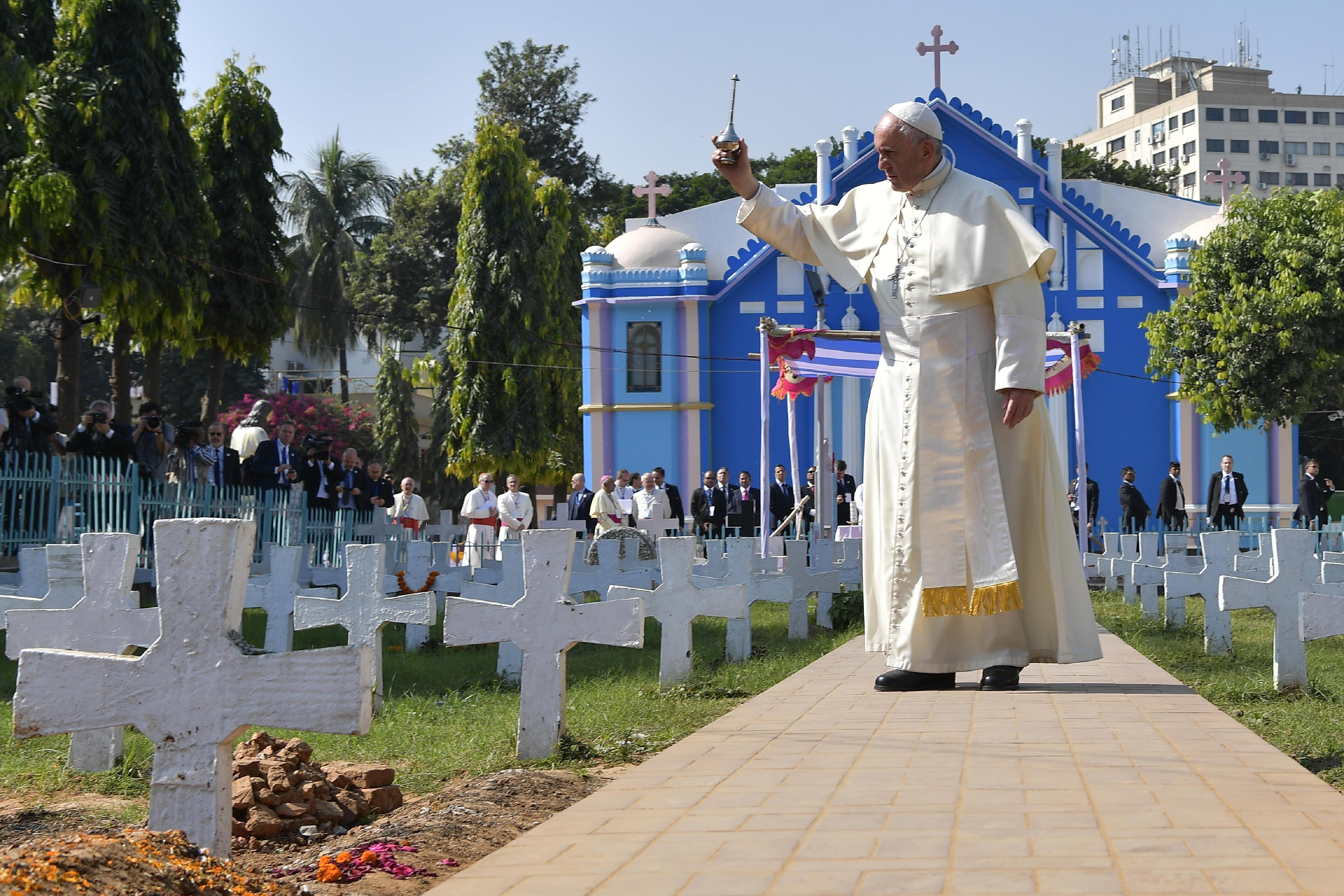 El Papa ha bendecido el cementerio y ha rezado ante las tumbas © L'Osservatore Romano