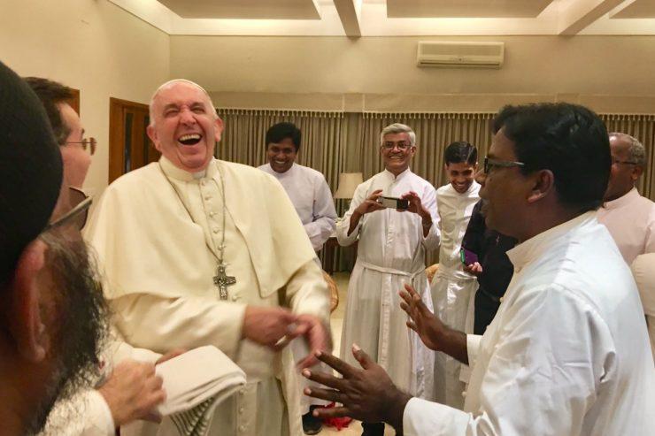 Encuentro con los jesuitas en Bangladesh © @antoniospadaro