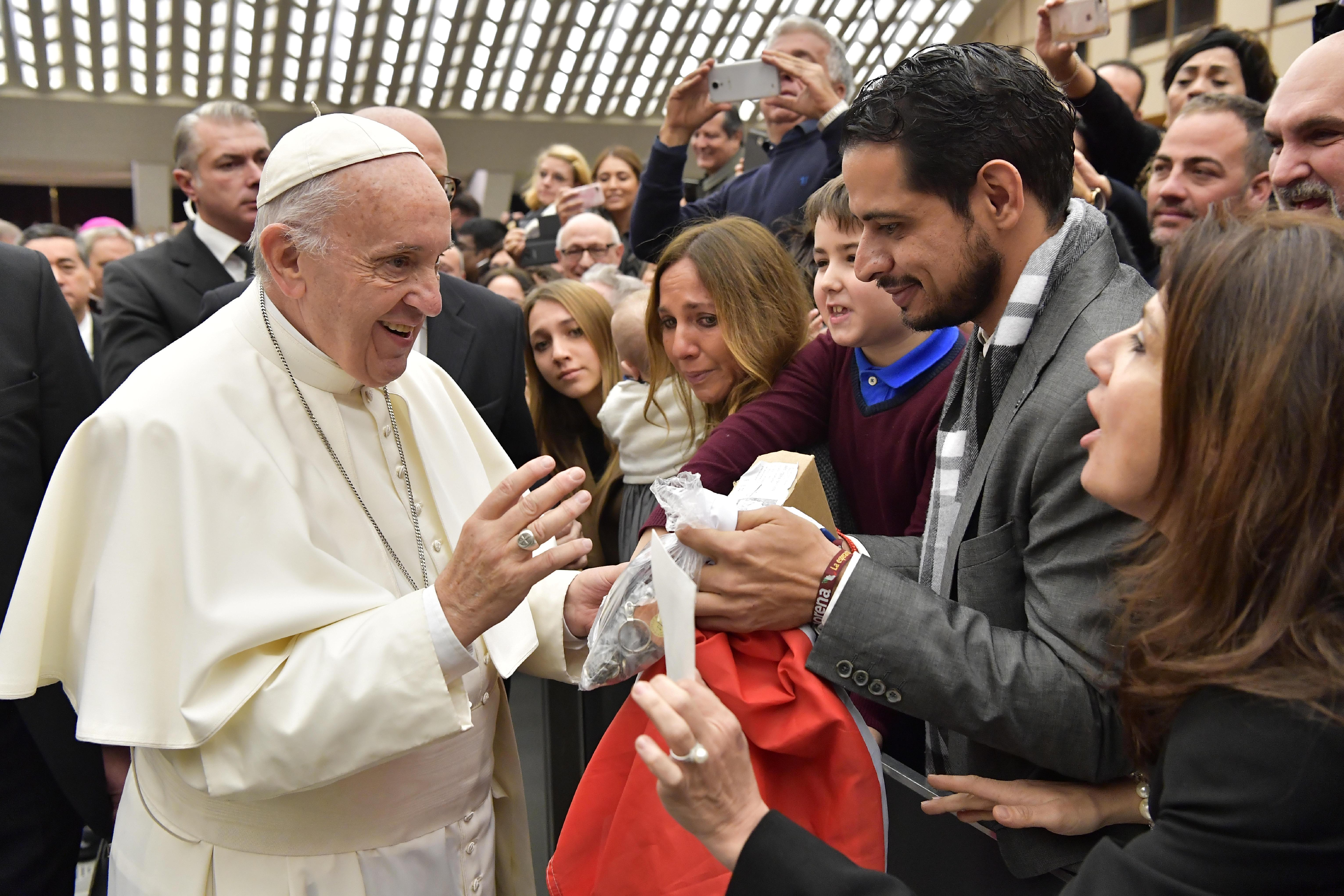 Francisco saluda a unos jóvenes a su llegada a la Audiencia © L'Osservatore Romano