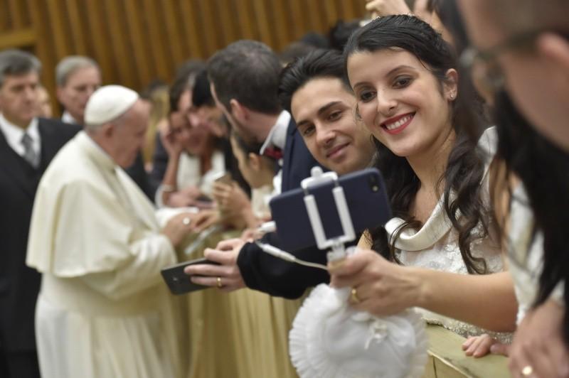 Un matrimonio espera el saludo del Papa en la audiencia general © Vatican Media