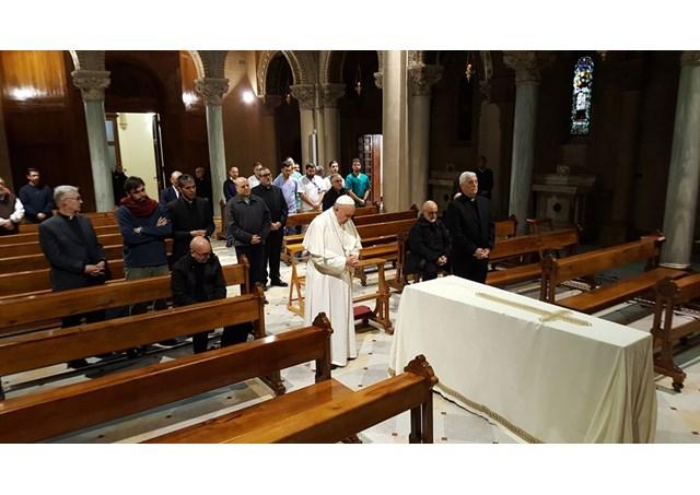 El Papa reza delante de la tumba del hermano Mura © Radio Vaticano