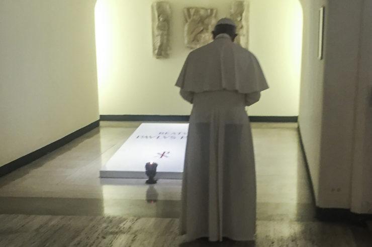 El Papa Francisco ora ante la tumba de Pablo VI, 6 agosto 2017 © L'Osservatore Romano