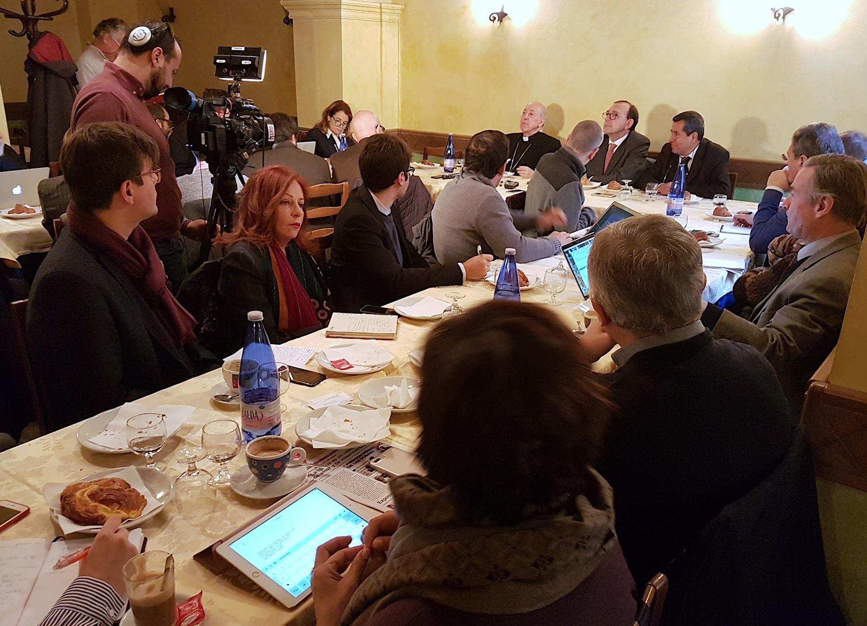 Mons. Cipriani informa a los periodistas en Roma © Sergio Mora