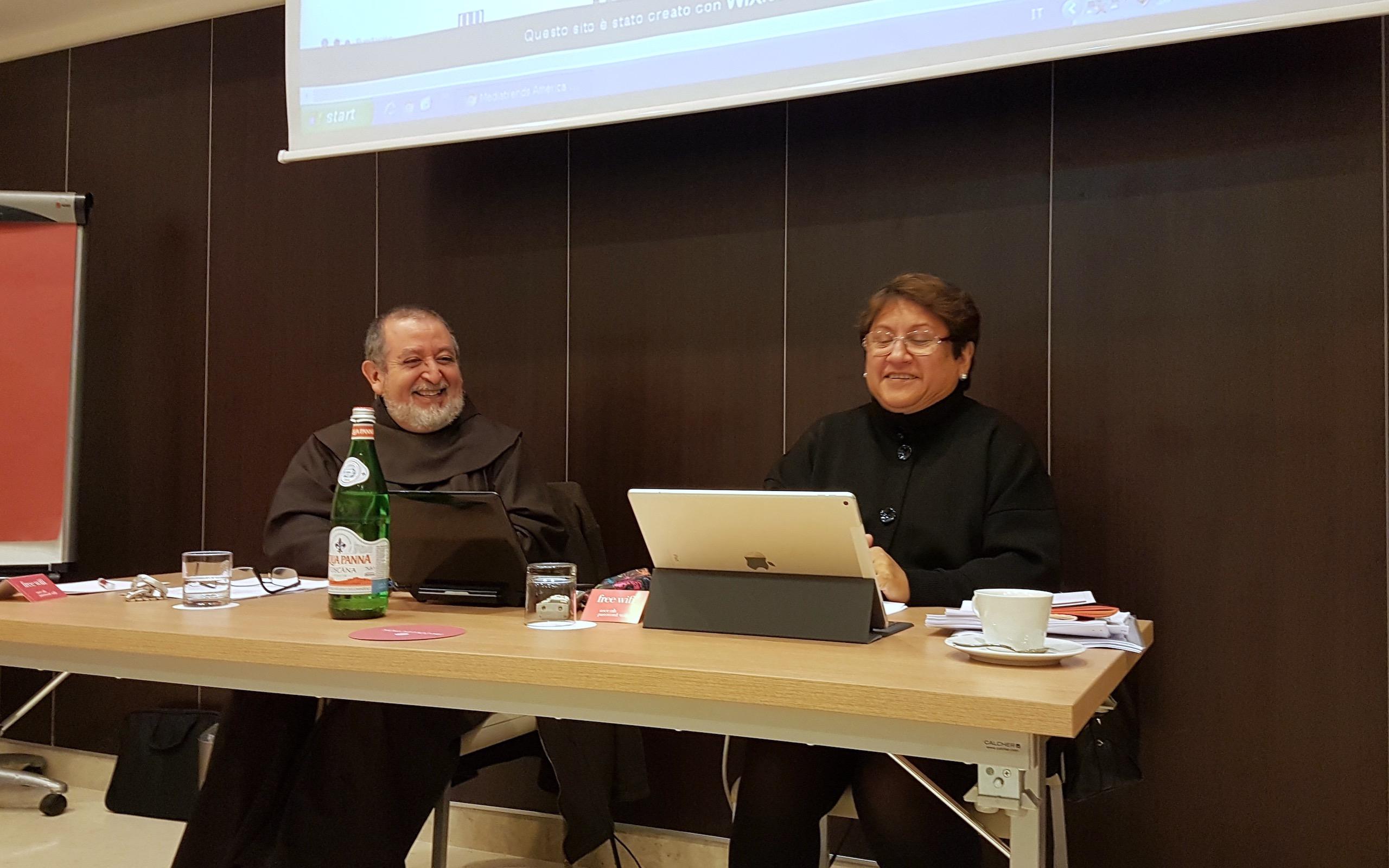 La embajadora María Elvira Velásquez y el decano Jorge Horta © Sergio Mora