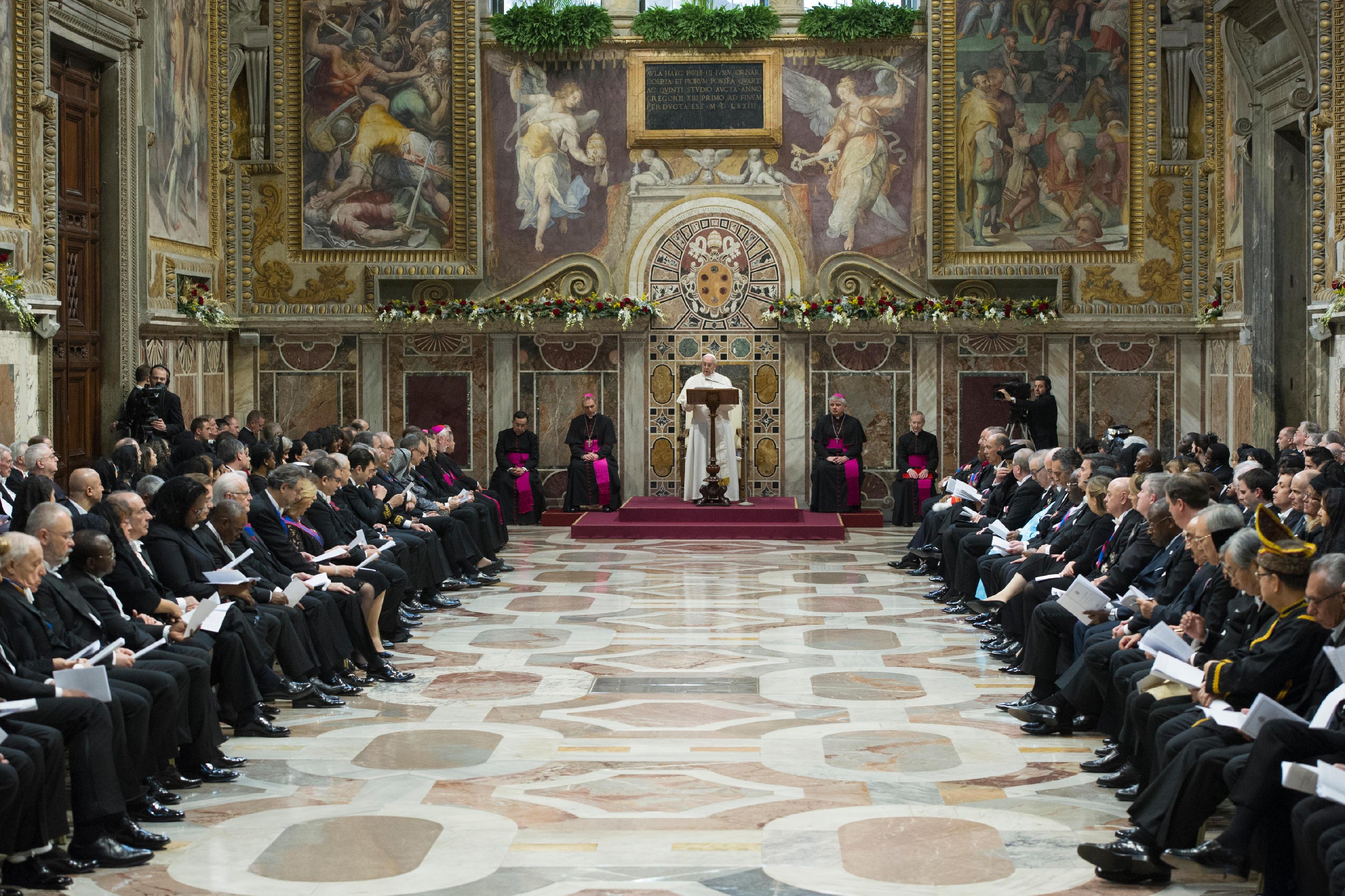 El Papa Francisco habla a las autoridades diplomáticas © L´Osservatore Romano