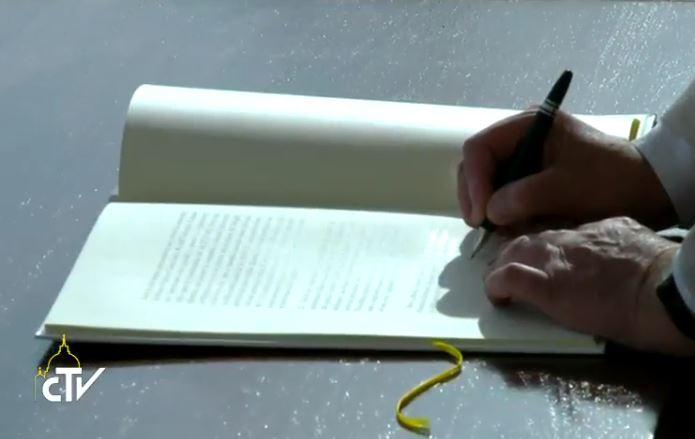 El Papa firma su carta apostólica Misericordia y Misera. Captura pantalla CTV