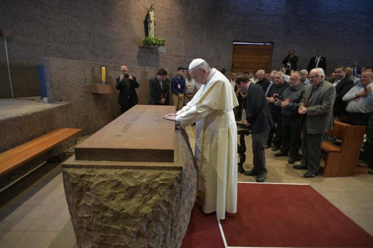 Oración Del Papa ante La Tumba De San Alberto Hurtado © Vatican Media