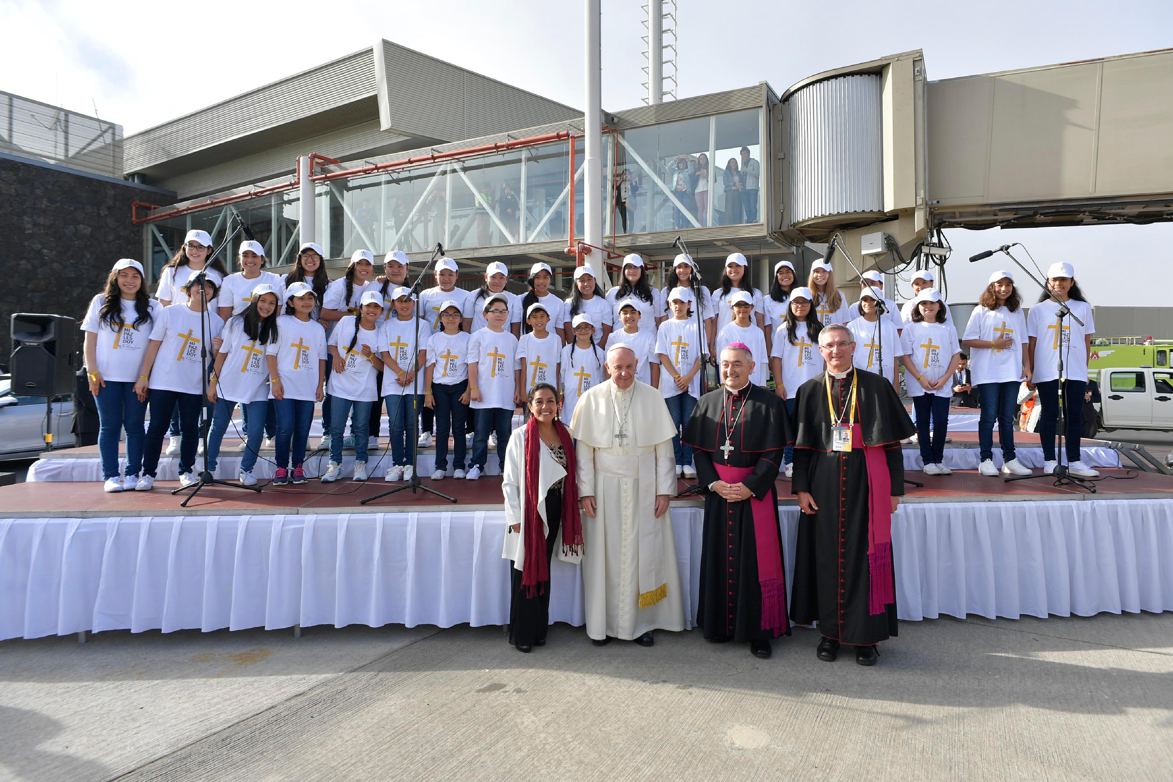 El Papa es recibido en Temuco por Mons. Héctor Eduardo Vargas © L'Osservatore Romano