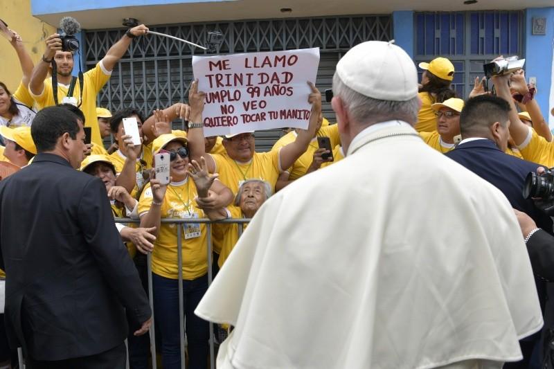 El Papa ha saludado a una anciana ciega en Trujillo © Vatican Media