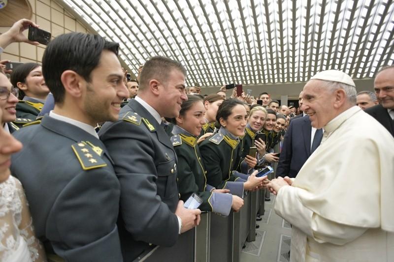 El Papa saluda a unos jóvenes en la audiencia general © Vatican News