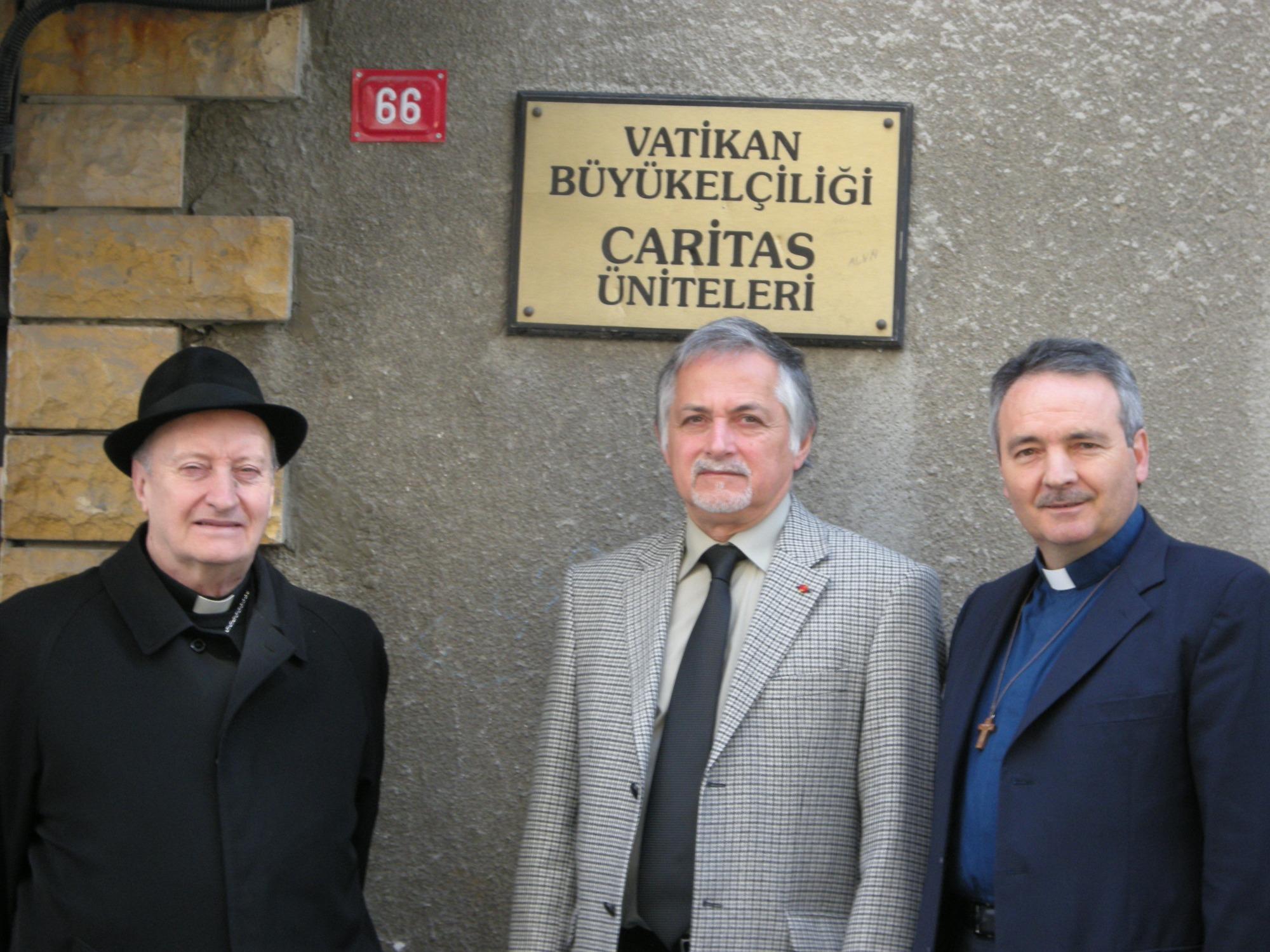 Mons. Livio Corazza, a la derecha © Caritas italiana