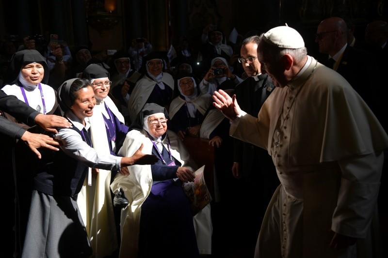 El Papa saluda a las carmelitas del Santuario del Señor de los Milagros © Vatican Media