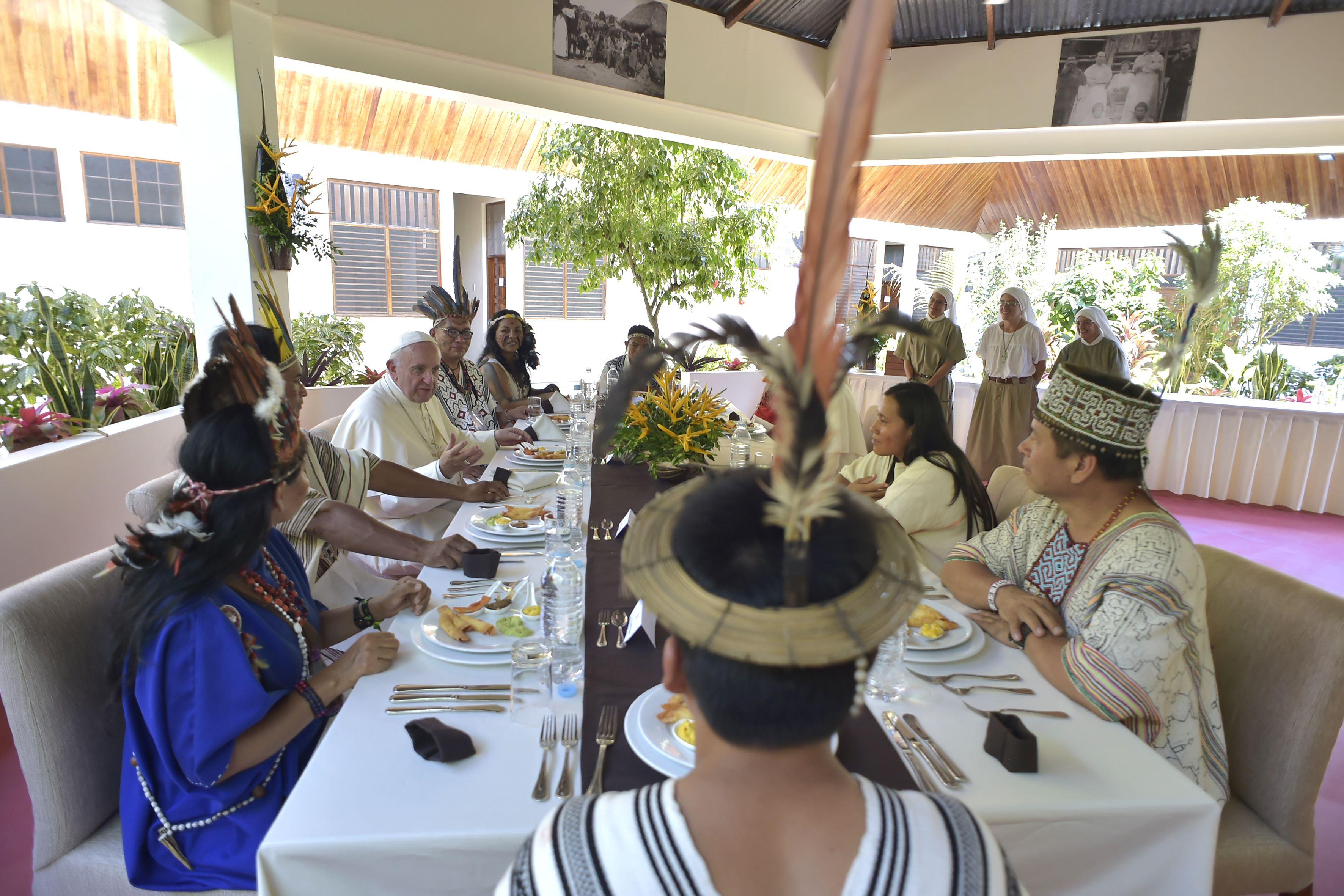 Almuerzo con indígenas de la Amazonía peruana en Puerto Maldonado © Vatican Media