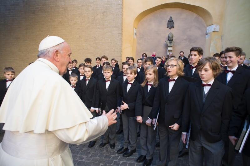 Francisco saluda a un grupo de jóvenes © Vatican Media