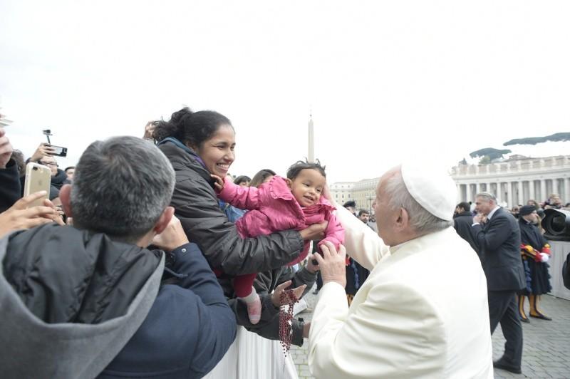 El Papa bendice a un niño en la Audiencia General 31/01/2018 © Vatican Media